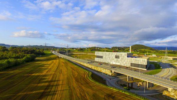 Luftfoto av kontobygg på Forus